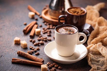 Sok kávét inni