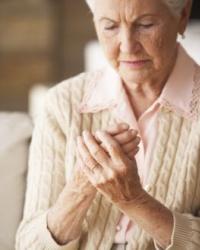 idős nő, rheumatoid arthritis, ízületi gyulladás