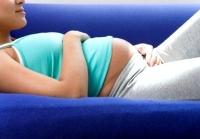 kanapén fekvő terhes nő, császármetszés, méh