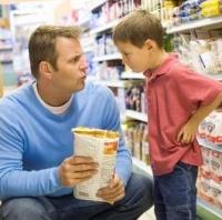 kisfiú és édesapa, élelmiszerek