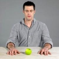 almát néző férfi, anorexia, anorexiás