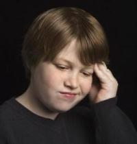 fejét fogó pufók kisfiú, fejfájás, túlsúly