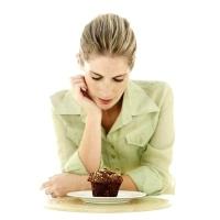muffint nézegető nő, ételek, kísértés, önfegyelem