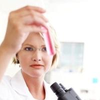kémccsövet néző női kutató, méhnyakrák, HPV, gyorsteszt
