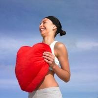 szívet tartó nő, érelmeszesedés, oltás