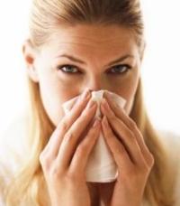 orrát fújó nő, pollenszezon, parlagfű-allergia