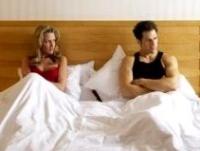 ágyban fekvő pár, meddő, meddőség, stressz
