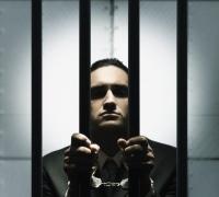 megbilincselt férfi rács mögött, szexuális, bűnöző